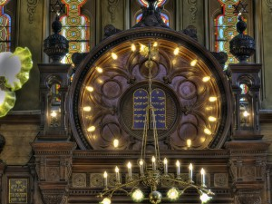 The upper portion of the ark at the Eldridge Street Synagogue shows the Ten Commandments surrounding by a ring of Edison lightbulbs. Photo: Robert Kozlarek